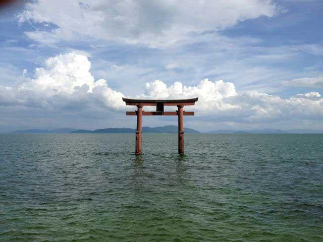 琵琶湖と白髭神社の鳥居